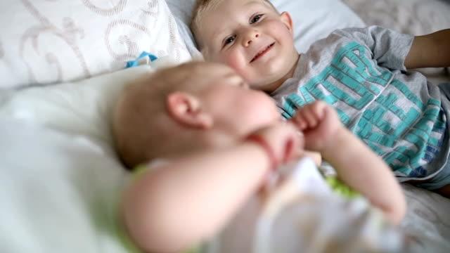 babies looking at camera and making faces  - close up - lingua umana video stock e b–roll