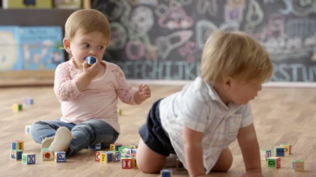 babys mit klötzchen spielen - spielzeug stock-videos und b-roll-filmmaterial