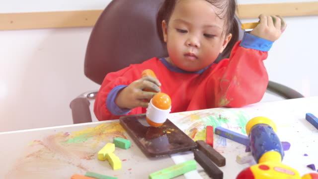 スマート フォンを台無しの赤ちゃん - 日用品点の映像素材/bロール