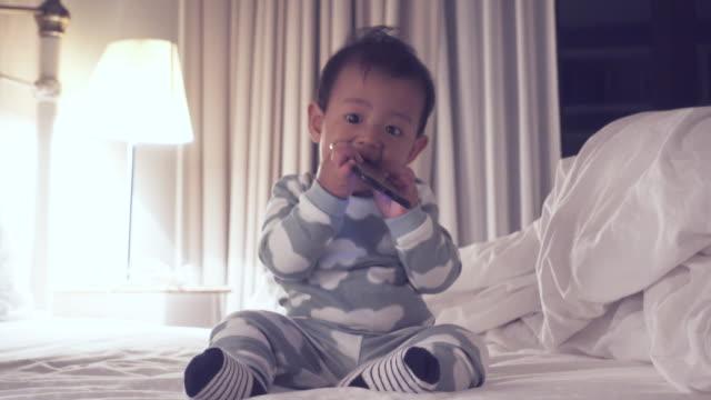 vídeos y material grabado en eventos de stock de bebés arruinando smartphones - sólo bebés