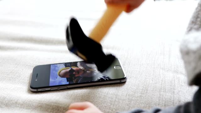 スマートフォンを台無しにする赤ちゃん - 赤ちゃんのみ点の映像素材/bロール