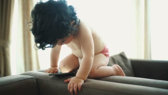 スマート フォンを台無しの赤ちゃん - 赤ちゃんのみ点の映像素材/bロール