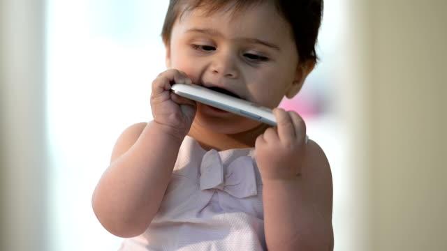 Babys, die Smartphones zu ruinieren