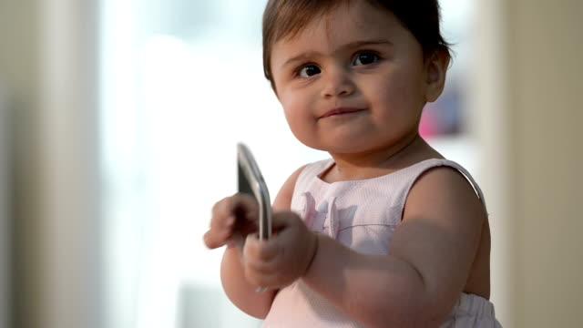 vidéos et rushes de bébés de ruiner les smartphones - mordre