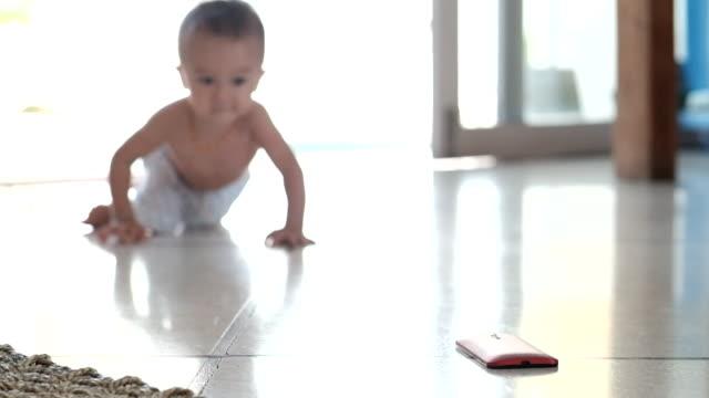 babies ruining smartphones - 男の赤ちゃん一人点の映像素材/bロール