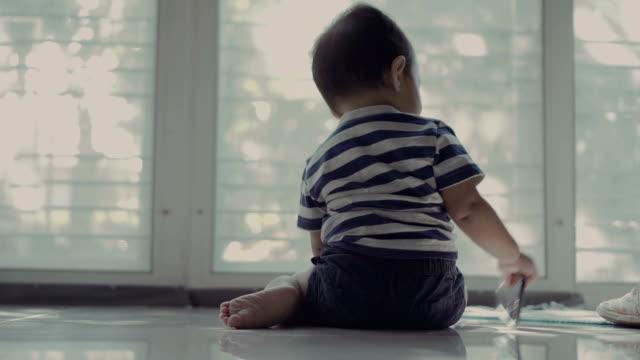 スマート フォンを台無しの赤ちゃん - 幼児点の映像素材/bロール