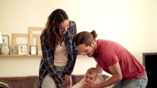 vídeos y material grabado en eventos de stock de los bebés nos enseñan como pasarlo otra vez - balancearse