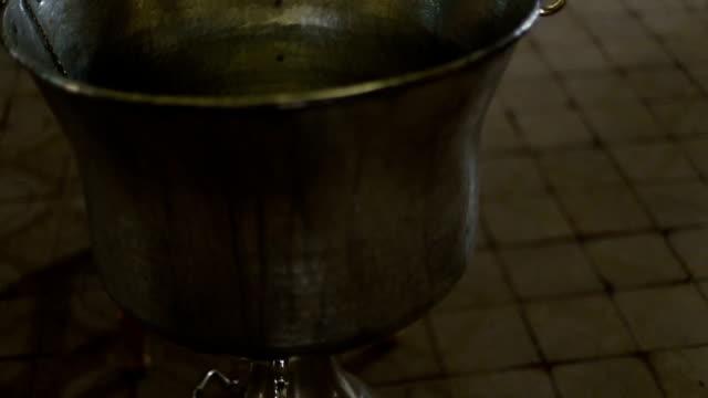 babtismal carattere - acqua santa video stock e b–roll