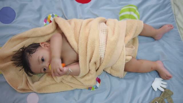 vídeos de stock, filmes e b-roll de bebê após o banho na cama - toalha
