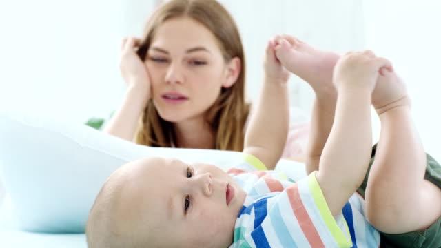 vídeos de stock, filmes e b-roll de bebê e uma mãe cansada - exaustão