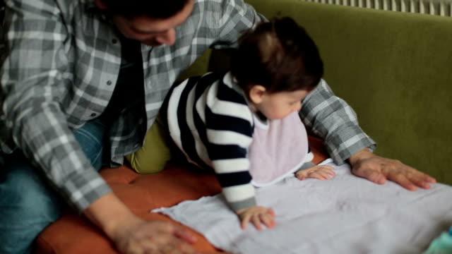 vidéos et rushes de bébé et père à la maison - genderblend