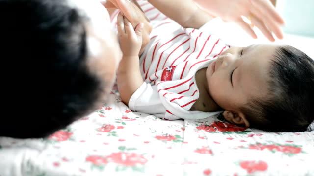 baby and father - ung familj bildbanksvideor och videomaterial från bakom kulisserna