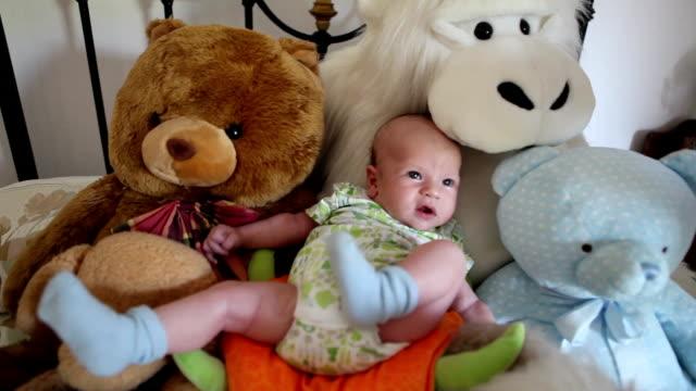 vídeos de stock, filmes e b-roll de bebê e o urso de pelúcia - só bebês
