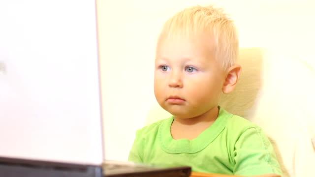 baby und laptop