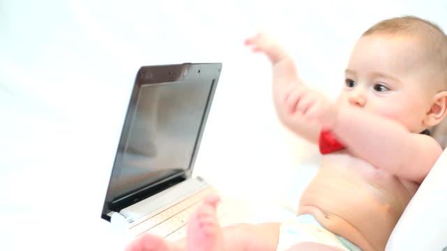 bambino e un computer portatile - tutina video stock e b–roll