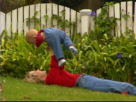 vidéos et rushes de baby and mom outside - 0 11 mois