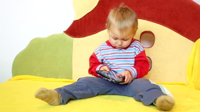 baby and tablet pc - endast en pojkbaby bildbanksvideor och videomaterial från bakom kulisserna