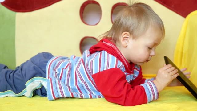 bambino e tablet pc - abbigliamento da neonato video stock e b–roll