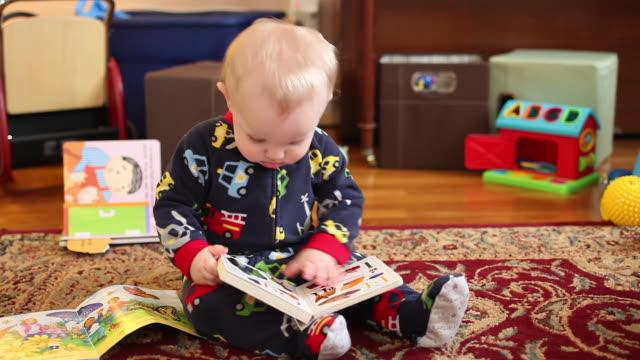 baby at home - ワイドショット点の映像素材/bロール