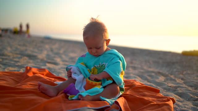 ビーチで赤ちゃん - 男の赤ちゃん一人点の映像素材/bロール