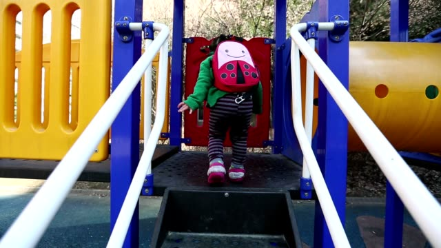 stockvideo's en b-roll-footage met baby at the playground glidecam - kruipen