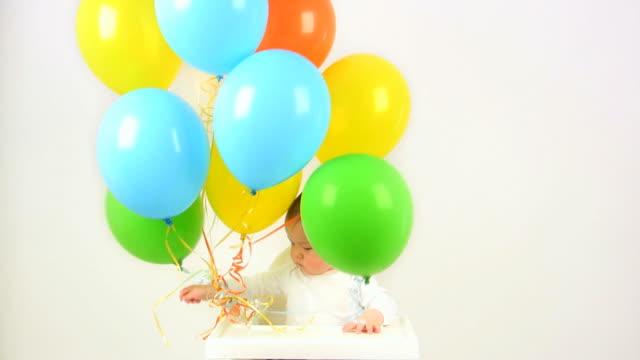 baby ballons (hd - ein männliches baby allein stock-videos und b-roll-filmmaterial