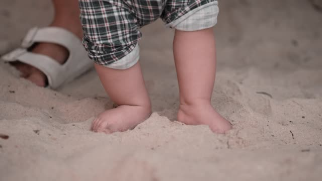 vidéos et rushes de cu : baby barefoot taking first step - 6 11 mois
