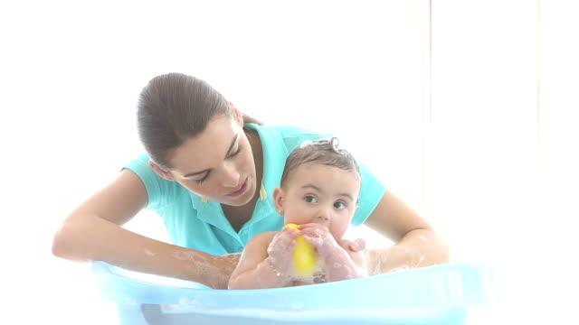 vídeos de stock, filmes e b-roll de a hora do banho de bebê - espuma