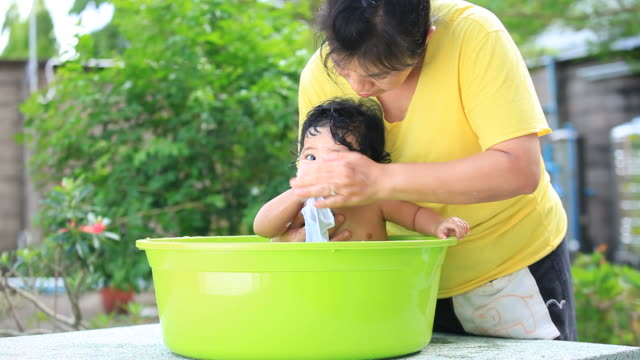 vídeos de stock e filmes b-roll de banho de bebé - porta sabonete líquido
