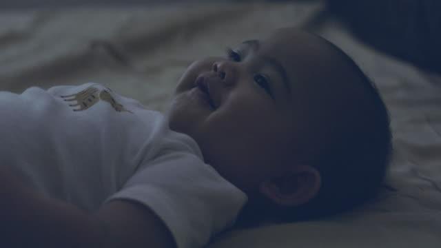 baby-bettzeit - schlafenszeit stock-videos und b-roll-filmmaterial