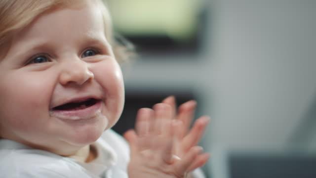 vídeos y material grabado en eventos de stock de niño alimentación de la madre - alimentar