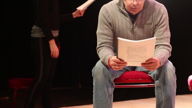 vídeos de stock, filmes e b-roll de baby boomer actors rehearsing their lines for a theatrical play - ator