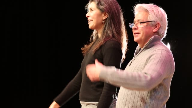 vidéos et rushes de baby boomer actors taking a bow at the end of a theatrical play - acteur