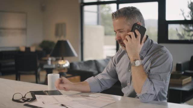 vídeos de stock e filmes b-roll de baby boomer man working in home office - só um homem maduro