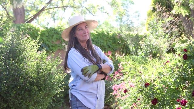 vídeos de stock e filmes b-roll de baby boomer woman in garden - jardinagem