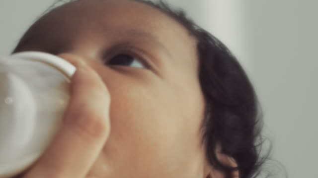 stockvideo's en b-roll-footage met baby flesvoeding - zuigfles