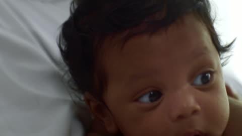 vídeos y material grabado en eventos de stock de bebé niño 2-5 meses) - torso
