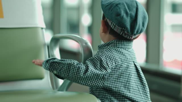 baby junge am flughafen - 6 11 monate stock-videos und b-roll-filmmaterial