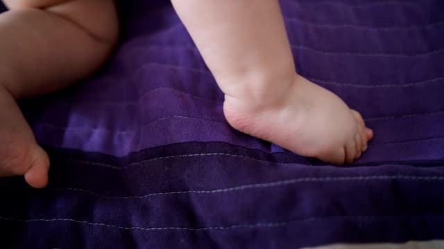 vídeos de stock, filmes e b-roll de menino bebê engatinhando na cama - só um bebê menino