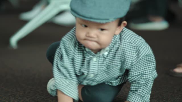 baby junge kriechen auf dem boden am flughafen - 6 11 months stock-videos und b-roll-filmmaterial