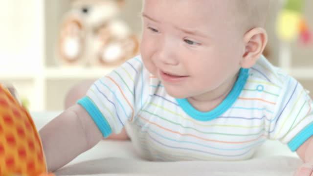 vídeos de stock e filmes b-roll de hd: bebé a chorar - 2 5 meses