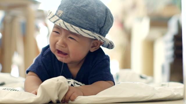 男の赤ちゃんの泣く - 這う点の映像素材/bロール