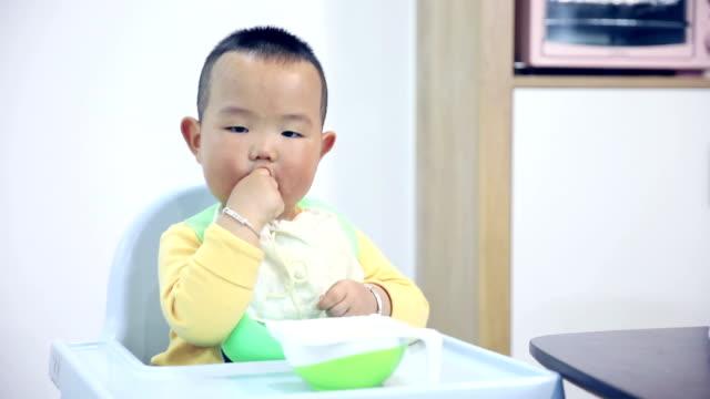 baby boy essen - ein männliches baby allein stock-videos und b-roll-filmmaterial