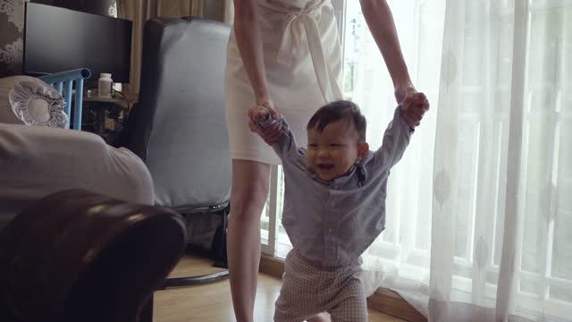 baby boy (6-11 monate) erste schritte baby - 6 11 months stock-videos und b-roll-filmmaterial