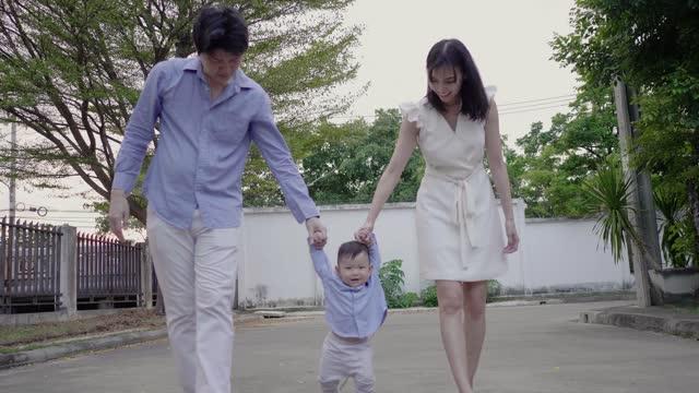 baby boy (6-11 monate) erste schritte baby - 6 11 monate stock-videos und b-roll-filmmaterial