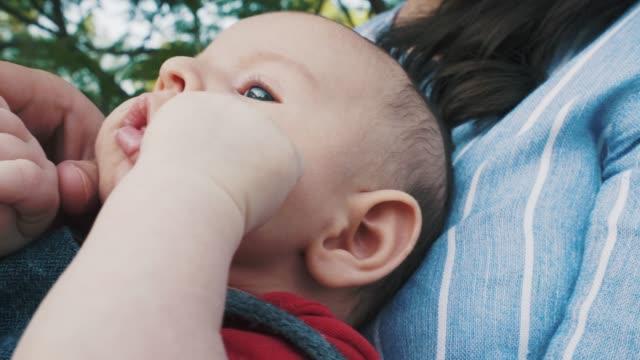 vídeos de stock, filmes e b-roll de menino ter momentos relaxantes. - olhos azuis