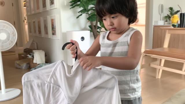 baby junge housekeeping - wäscheleine stock-videos und b-roll-filmmaterial