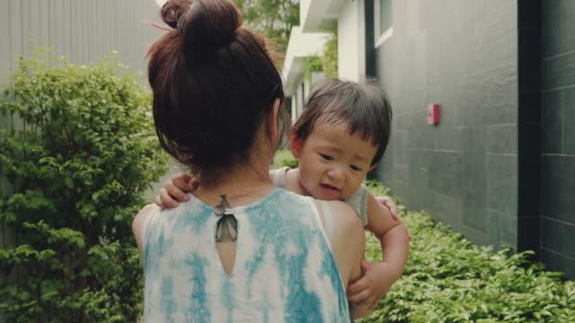 baby boy in mutters armen - erforschung stock-videos und b-roll-filmmaterial