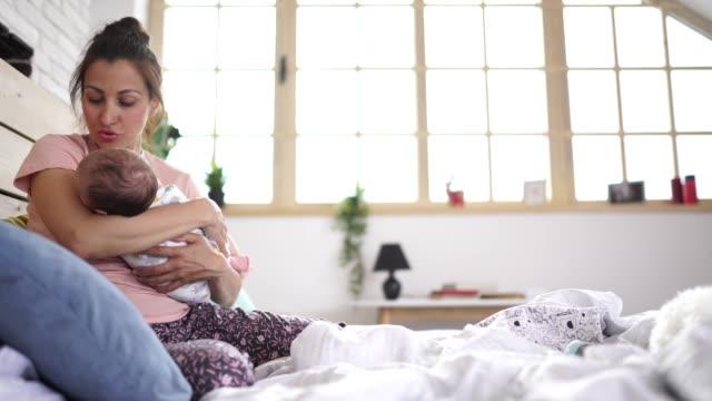 baby junge in den armen der mutter - single mother stock-videos und b-roll-filmmaterial