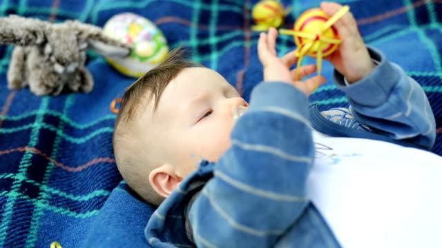 vídeos de stock, filmes e b-roll de bebê menino no parque - só um bebê menino